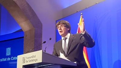 El President Carles Puigdemont durante una rueda de prensa en el Palau de la Generalitat / Pilar Suárez